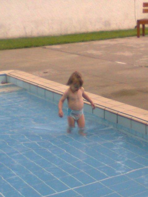 Zoé adore la piscine !